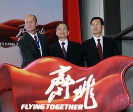 9月28日、エアバスA320シリーズの天津組み立てライン稼動開始祝賀式典が天津市の臨海新区で行われた。中国国務院の温家宝総理(真ん中)は式典に出席した。