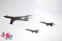 11月4日至9日中国航空航天博览会在珠海举行,图为航展现场HU-6加油机为两架歼-8D战机一起表演空中加油动作。 中国网 杨佳/摄影