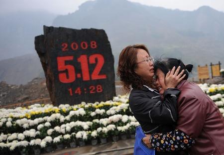 青川东河口地震遗址公园,村民杨海琼和母亲蒋万琼在自己被地震摧毁的家园前痛哭,他们一家15口人仅仅幸存5个人。
