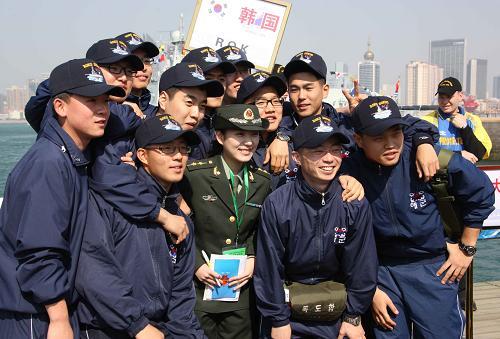 中国人民解放軍海軍創立60周年を祝うイベントに参加するために中国を訪れ... 中国海軍創立60周