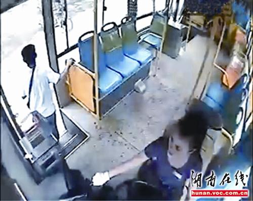 女性運転手に指示してしばらくバスを走らせた後、誰も追ってこないのを確認... 知恵と勇気で窃盗犯