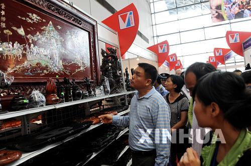 中国・ASEAN博覧会でマホガニーの工芸品の売れ行き好調