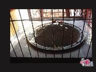 「「先に潭柘寺あり、後に北京城あり」といわれるように、潭柘寺は北京最古の寺院として1700年前の晋代に建立された。境内の広さは6.8ヘクタールで、寺の裏側には竜潭という深い淵があり、山の上には柘(ヤマグワ)の林があることから潭柘寺と名付けられた。写真は大きな粥を煮る鍋 「チャイナネット」 2009年11月12日
