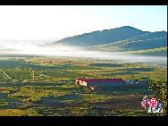 冬が長い壩上草原の夏はとても快適で、7月の平均温度は24度。水草が茂り美しい風景画のような光景が広がるこの草原は、観光やレジャー、避暑には最適な地だ。