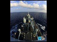 淡水や植物油、食品、生活用品など数百万トンの物資を積んだ海軍南海艦隊の総合補給艦「鏡泊湖」が3月31日、広東省湛江市の某軍港から出航し、南沙諸島の将兵のための44回目の生活物資の補給任務を開始した。写真は物資を安全に永暑礁まで届ける総合補給艦「鏡泊湖」 「チャイナネット」2010/04/23