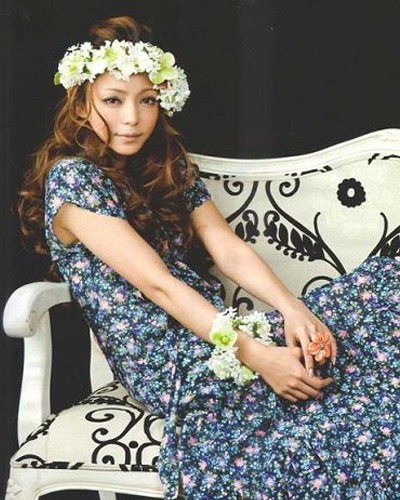 歌手の安室奈美恵さんが、日本で毎月発行されている数冊の雑誌の表紙を飾った。安室奈美恵さんはすでに33歳。今はコンサートの準備に追われている。