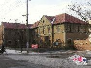 山東省濰坊市坊子の旧市街地にはドイツ式と日本式建築群が今でもほぼ完全な形で保存されている。膠済線沿い両側の地域には、合わせて103のドイツ式建築物と63の日本式建築物が残されている。写真は修道院(今は濰坊市社会福祉院の一部)。「チャイナネット」