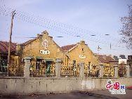 山東省濰坊市坊子の旧市街地にはドイツ式と日本式建築群が今でもほぼ完全な形で保存されている。膠済線沿い両側の地域には、合わせて103のドイツ式建築物と63の日本式建築物が残されている。写真は今でも石炭の運輸に使われている坊子駅。「チャイナネット」