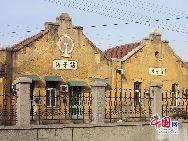 山東省濰坊市坊子の旧市街地にはドイツ式と日本式建築群が今でもほぼ完全な形で保存されている。膠済線沿い両側の地域には、合わせて103のドイツ式建築物と63の日本式建築物が残されている。写真は今でも石炭の運輸に使われている坊子駅。 「チャイナネット」