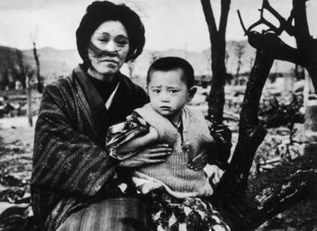 原爆 投下 後 の 長崎 で 微笑む 少女