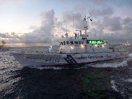 中国の釣魚島防衛船は釣魚島海域で13日、日本海上保安庁の巡視船に遮られて追い払われた。「解放軍新聞」傘下の「中国軍事写真センター」が伝えた。