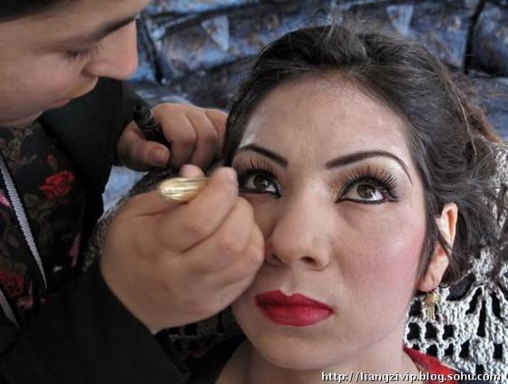 ベールの中の女性は、多くが化粧を好む。これはアフガニスタンの男性が見る... アフガニスタンの女