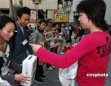 日本震災地への募金活動に参加する中国人留学生