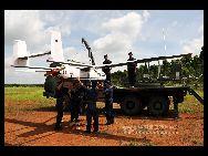 中国人民解放軍海軍がこのほど、南海艦隊某通信本部の総合訓練場で、初めて無人飛行機を利用し、戦場における長距離通信支援の演習を実施した。「中国網日本語版(チャイナネット)」 2011年7月17日