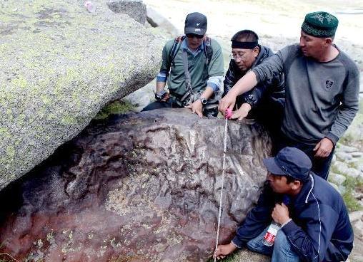 新疆阿勒泰市で巨大な隕石を発見...
