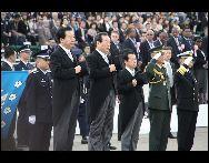 日本の自衛隊の航空観閲式が16日、茨城県の航空自衛隊百里基地で行われ、自衛隊の主力戦闘機やミサイルなど登場した。野田佳彦首相と一川保夫防衛大臣が出席し、観閲した。