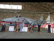 展示されるF-15J戦闘機 日本の自衛隊の航空観閲式が16日、茨城県の航空自衛隊百里基地で行われ、自衛隊の主力戦闘機やミサイルなど登場した。野田佳彦首相と一川保夫防衛大臣が出席し、観閲した。「中国網日本語版(チャイナネット)」 2011年10月17日