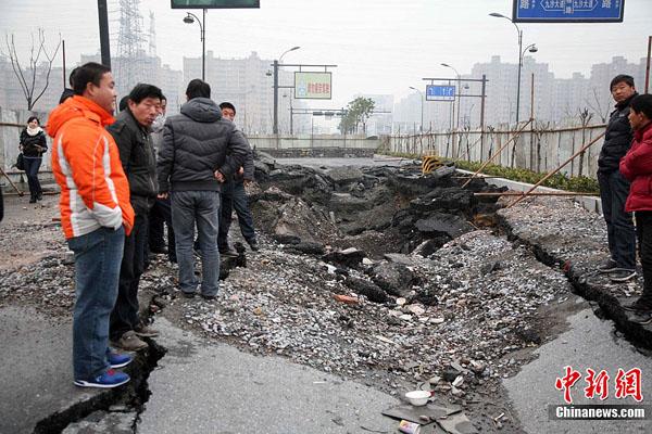 【中国】杭州地下鉄1号線付近の道路が広い範囲で陥没東アジアニュース速報+