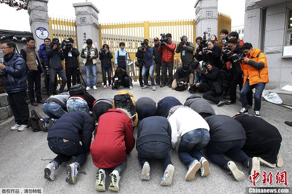 写真は韓国の高校生が受験生にエールを送る様子 現地時間11月8日、韓国...  韓国は大学入試の
