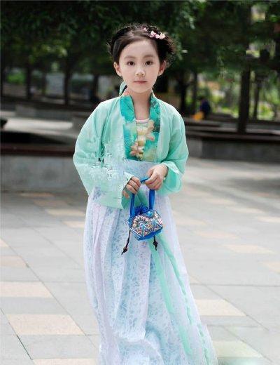 小萝莉身着汉服 民族衣装の漢服を身にまとった美少女たちの写真がネットで人気になっている...