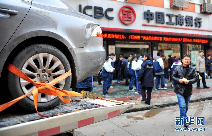 湖北省武漢市で、車が銀行に突入・写真集