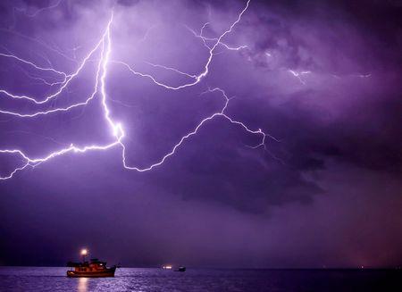 嵐を追うカメラマン、衝撃写真の数々