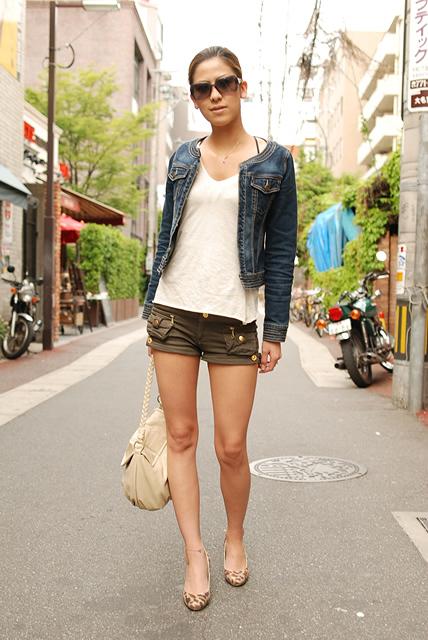 夏になると、シンプルな服をどのように着こなすかに悩まされる。様々な服があるが、違う雰囲気を出すにはどのように組み合わせたらよいか。日本の街中の ファッション