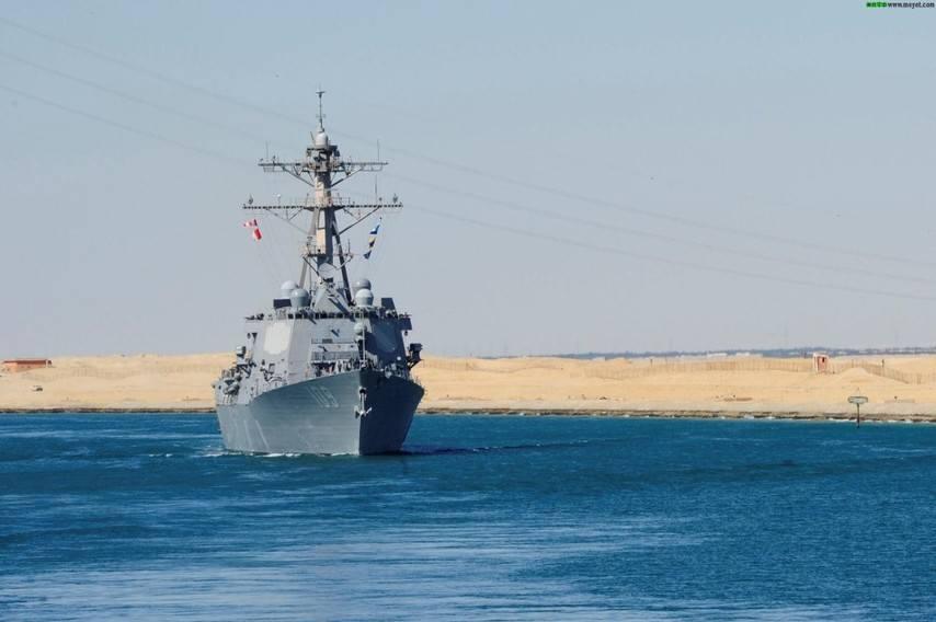 米海軍のドワイト・D・アイゼンハワー空母が、膨大な艦隊を率いてスエズ運... 米海軍の膨大な空母