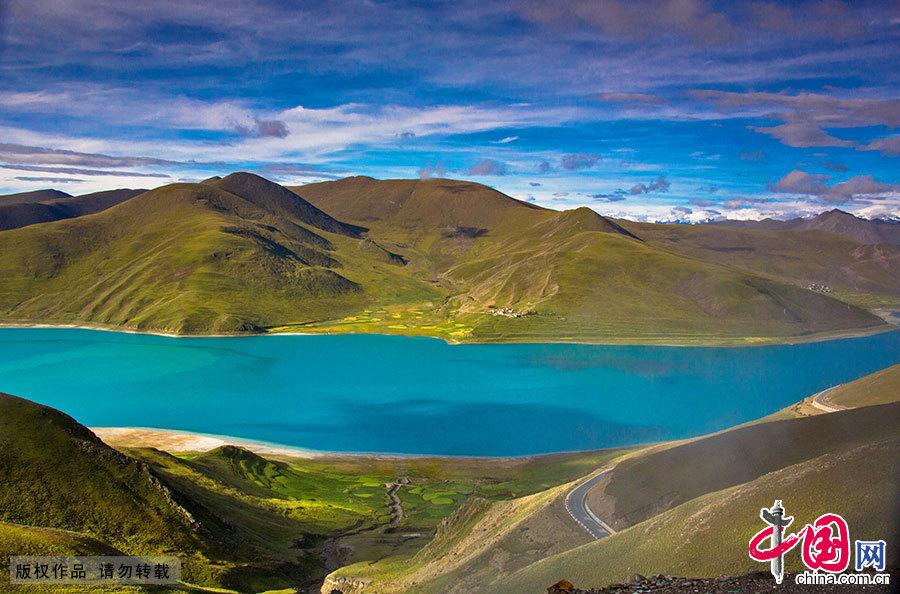 景色诱人的湖泊宛若散落高原的明珠,与各种壮美的景色组成人间天堂。中国网图片库 晨珠/摄