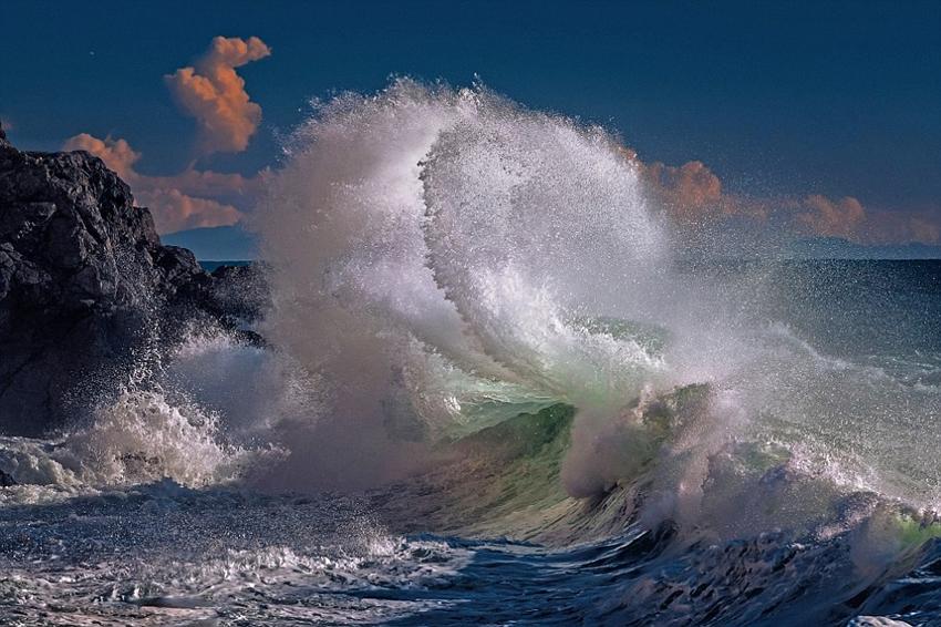 写真家が結氷の波が渦巻く瞬間を...