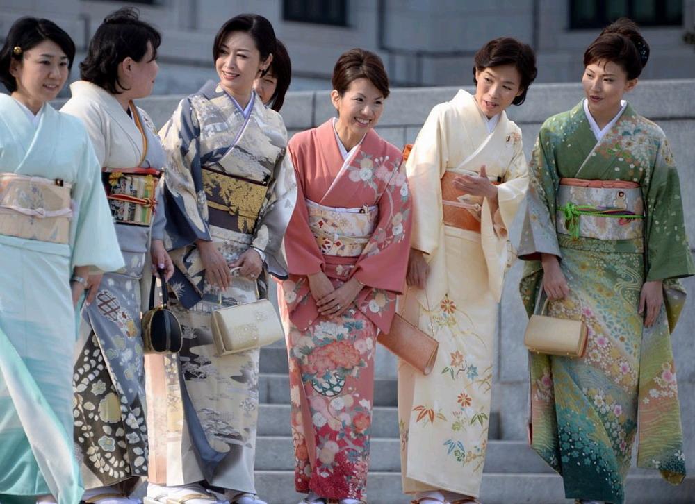 日本の女性国会議員が和装ショー...
