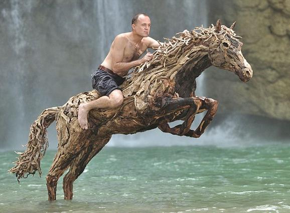 イギリス人アーティストが本物そっくりの木彫りの馬を制作 旧正月を祝う