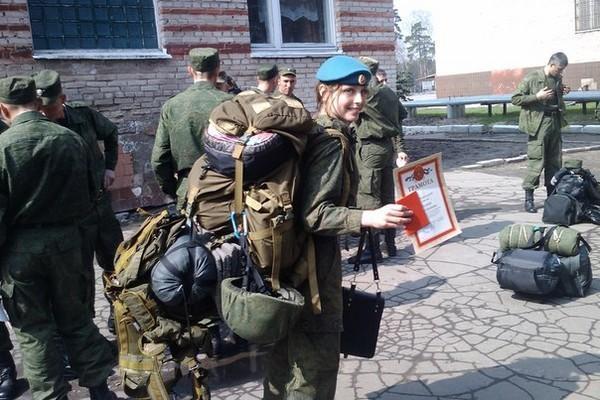 ロシア軍の美人空挺兵、ネット上で人気爆発