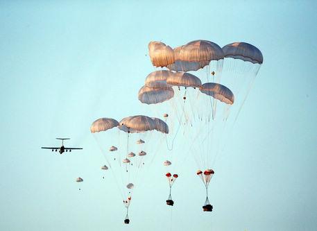 中国空軍パラシュート部隊、大規模訓練を実施