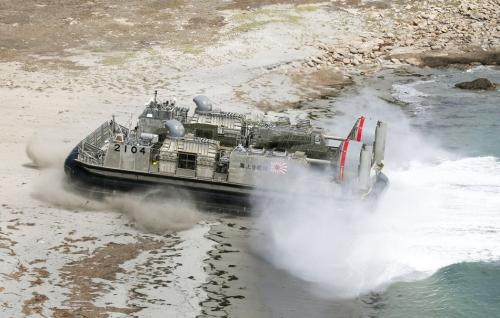 """日本相关专家对""""夺岛海战""""进行模拟推演认为,这场攻防战很可能以空战拉开序幕,再从海上、岛上全面展开。"""