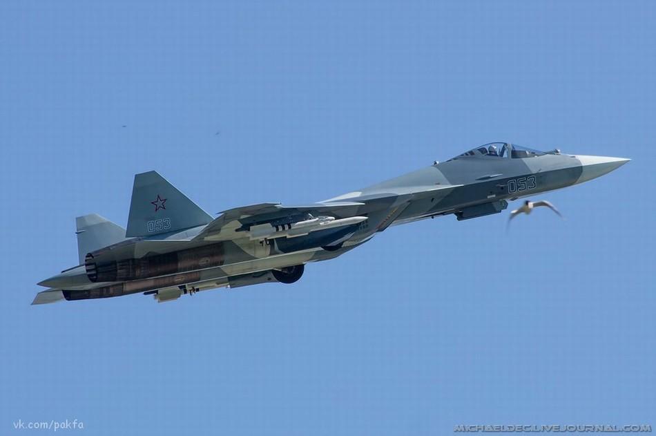 俄罗斯两架T-50同时挂载武器试飞