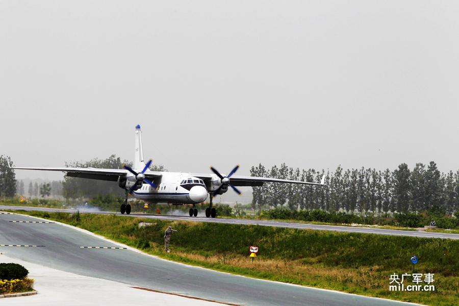 中国軍Su-27とY-7、道路での離着陸に初成功 詳しい様子コメント