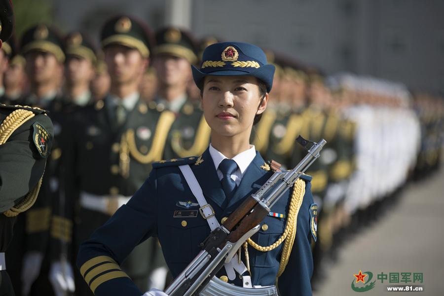 5月12日、中国人民解放軍初の女性儀仗隊員が外交行事に登場し、国内外の... 解放軍の女性儀仗兵