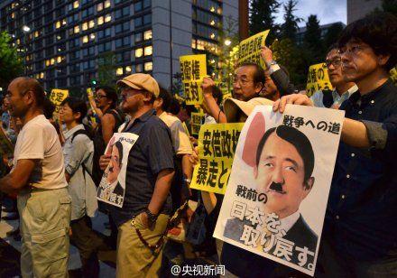 日本の民衆が首相官邸前でデモ ...