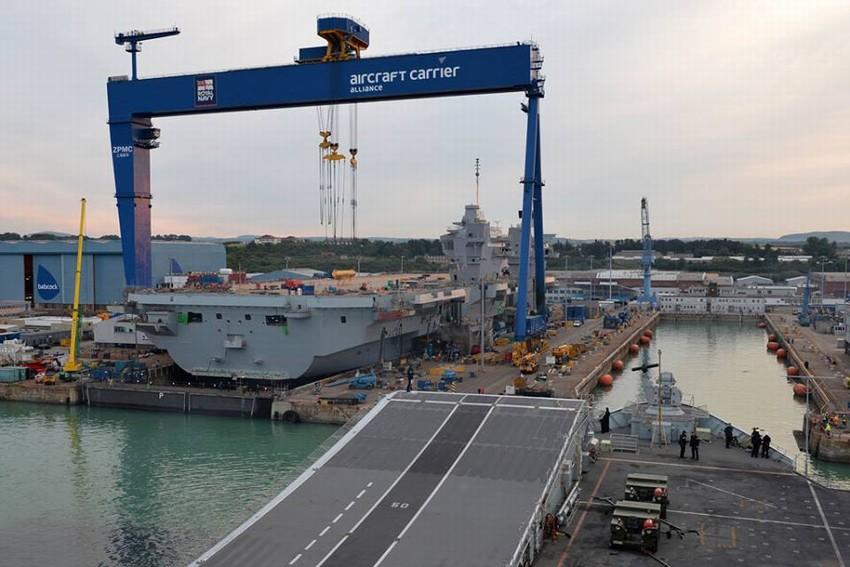 英国現地時間2014年7月4日、英国海軍の歴史上最大規模の現役空母「ク... クイーン・エリザベ
