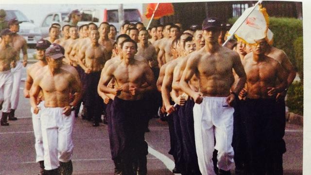 日本防衛白書、自衛官の訓練時の写真を公開
