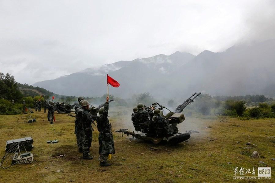 チベット駐在部隊の演習 突撃砲が群れをなして攻撃