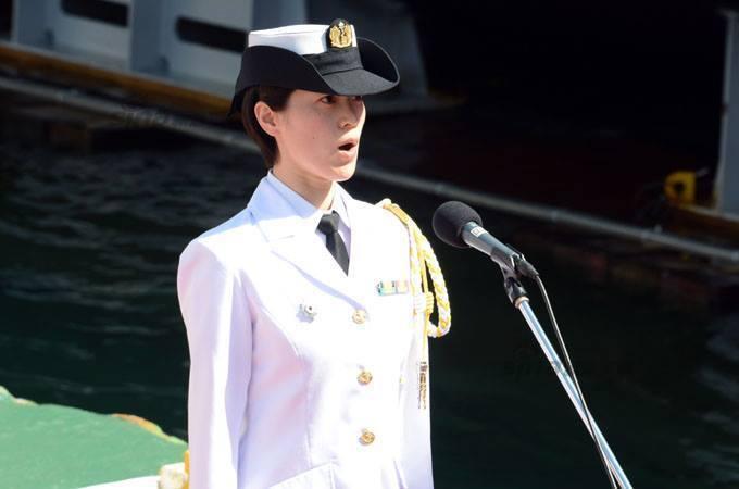 じんりゅうの進水式、海自音楽隊の女性が日本の国歌を歌う ...