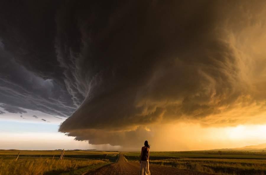 外国人写真家、暴風の中で妻を撮...