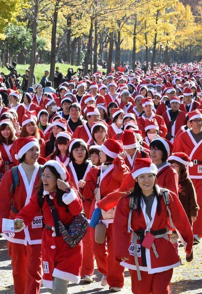 1万人のサンタクロース、大阪に集う