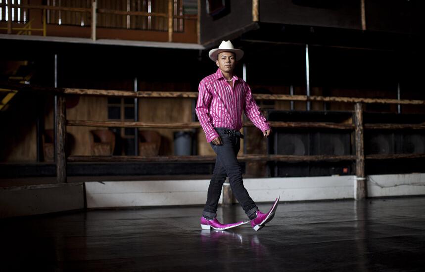 米ナショナル・パブリック・ラジオの3月26日の報道によると、変わった形をしたメキシコのとんがりブーツが2014年にパリで行なわれたコム・デ・ギャルソン2015春夏