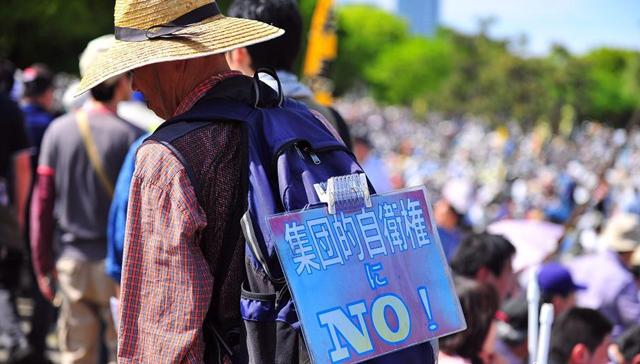 数万人の日本人、憲法を守る集会を開く