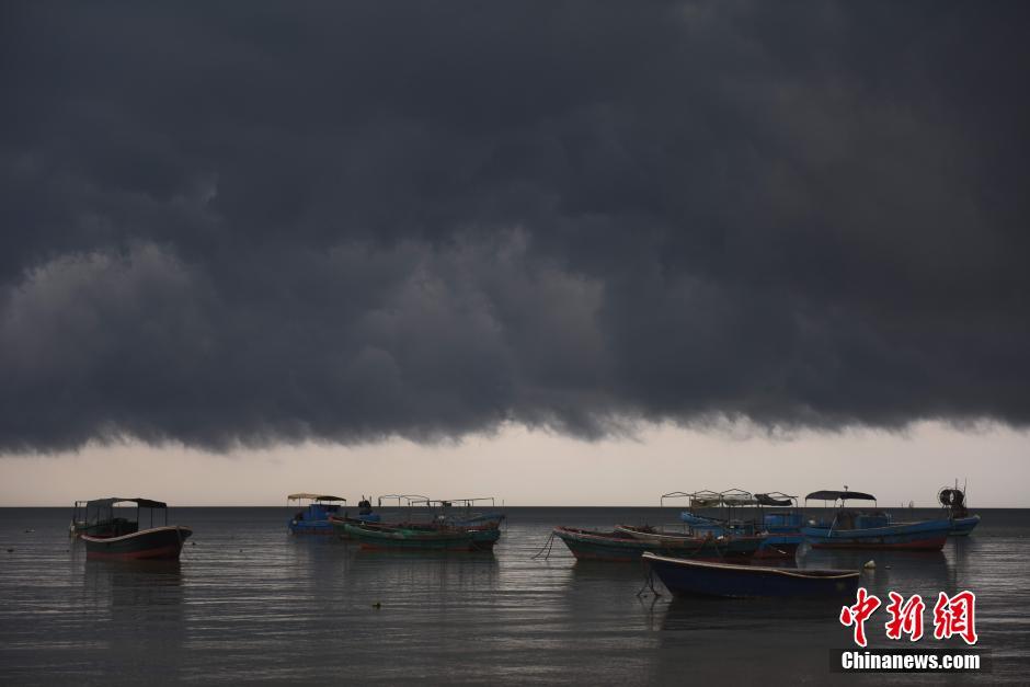 海南省瓊海市 黒雲が街を包む_中...
