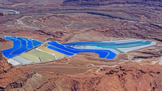 アメリカの砂漠に「カラフルな池」が出現