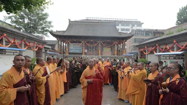 甘粛省涇川県の大雲寺 仏舍利を迎える儀式が行われるコメント